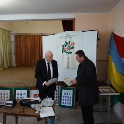 40 Nt. BÉRES LÁSZLÓ SZERNYEI LELKIPÁSZTOR az üv. elnöktől átveszi a népfőiskolai szolgálatáért kapott oklevelet