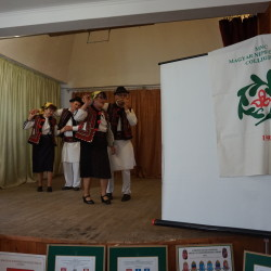 43 CSÁNGÓ TÁNCOK a SZERNYEI Népfőiskola Napon