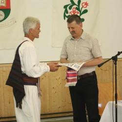 Dr. Kövér László ajándékot vesz át Antal Vajda Jánostól, a Forrófalvai Tánccsoport vezetőjétől